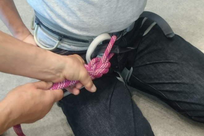 クライミングハーネスにロープを結ぶ