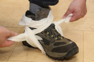 足首 三角巾を使用して応急手当