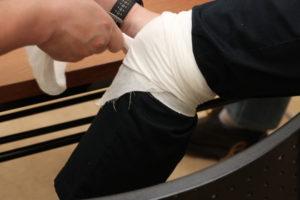 ひざ 三角巾を使用して応急手当