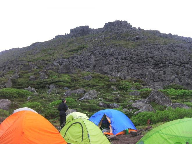 南沼キャンプ指定地から望むトムラウシ山山頂