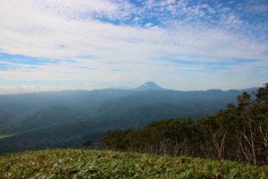 ペケレ山から見た雄阿寒岳、雌阿寒岳